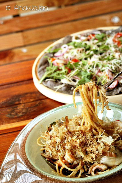 Dancing Pasta IDR 59k, Squid Ink Pizza IDR 89k