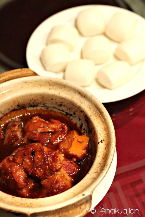 Stewed pork with steamed bun