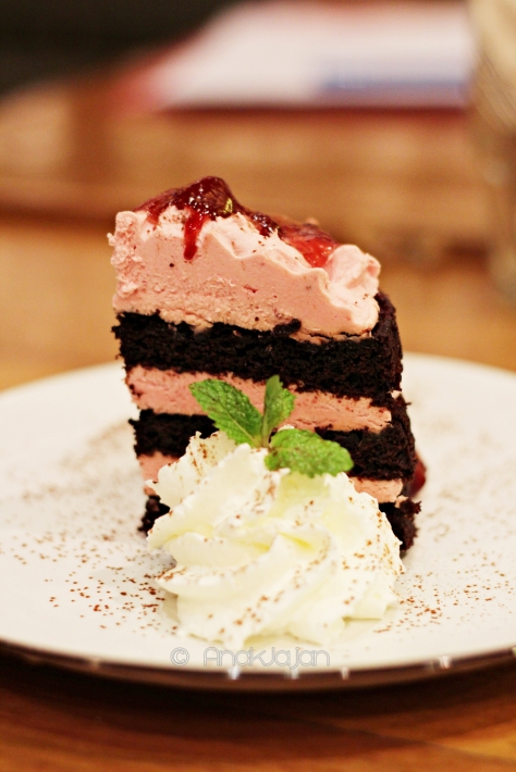 Rustic Chocolate Strawberry Cake IDR 59k