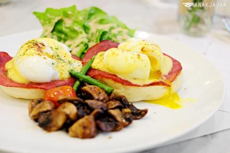 Eggs Benedict IDR 65k