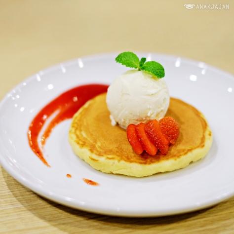 Strawberry Pancake IDR 18.1k