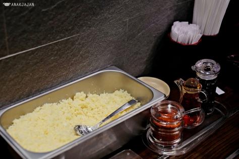 Condiments: sauce, chili and crunchy tempura flakes