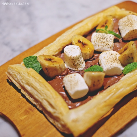 Nutella, Banana & Marshmallow Puff Pastry Pizza IDR 85k