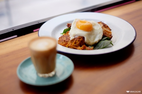 Sweet potato, corn and herb fritter with rocket, acv mayo, pork belly and organic fried egg AUD 18.5