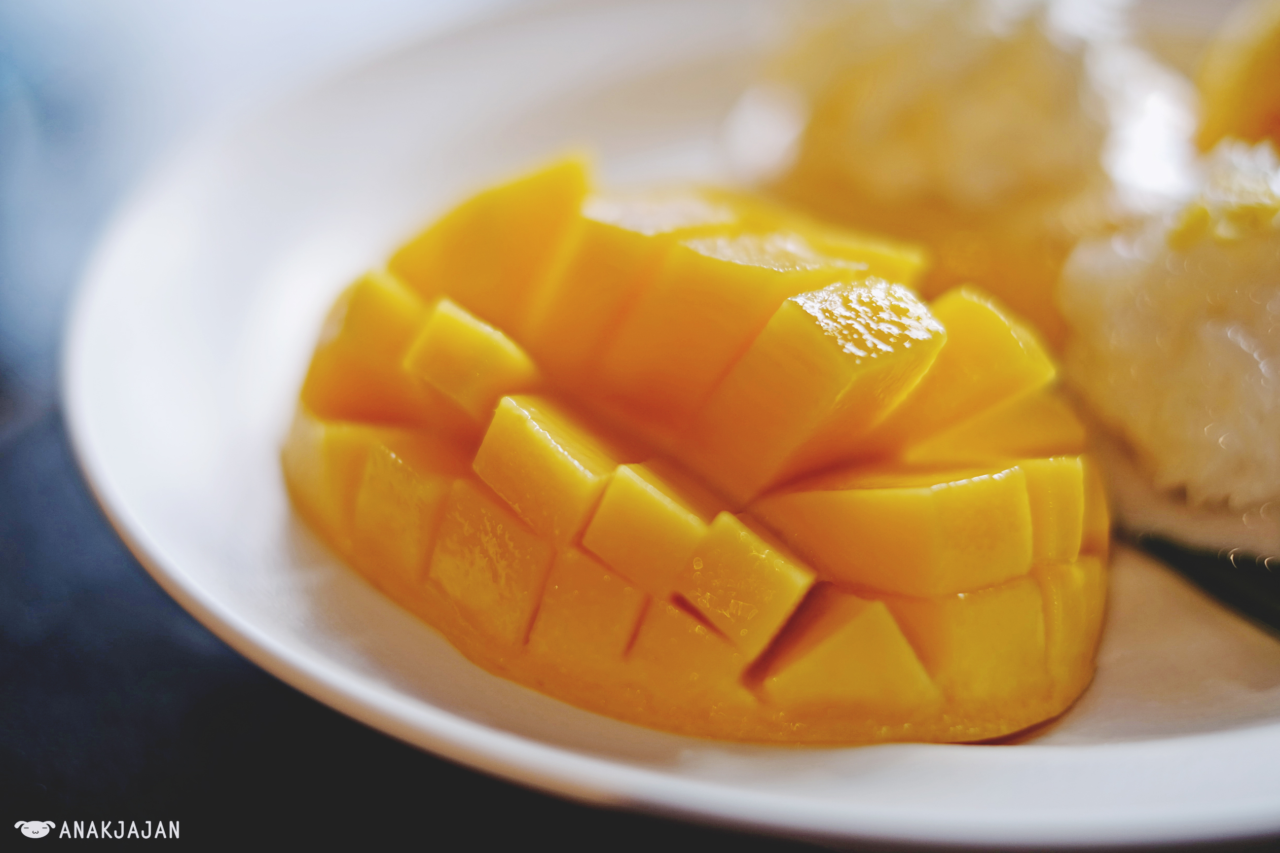 if i were a mango Convinced that the mango tree was the original apple tree of eden, crane gives the poem the shape of a tree as if it were to stand the mango is now only a tree.