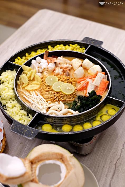 Tom Yum UFO Seafood THB 570