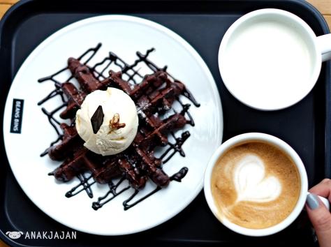 Sweet Potato Latte KRW 5.000 (R), Triple Chocolate Waffle KRW 8.900, Cappuccino KRW 4.500