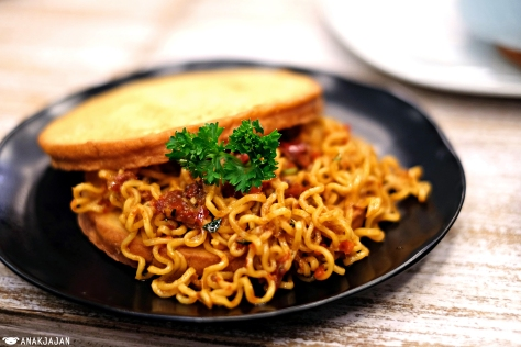 Toast Indomie Tomyam IDR 17k