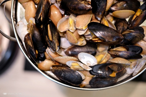 Live Clams & Black Mussels