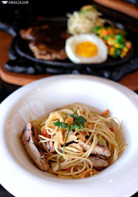 Spaghetti Aglio Olio with Sauteed Chicken IDR 40k