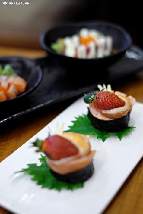 Salmon Aburi Cheese Roll IDR 73k