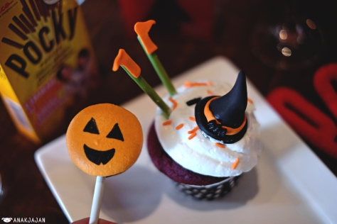 Jack-o'-lantern Macaron Stick & Witch Cupcake