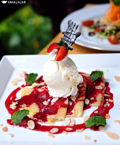 Cream & Strawberry Crepe